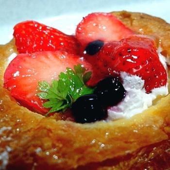 こちらがそのダノワーズ。 ダノワーズって、デンマーク風って意味なんだそうです。 確かにこれは、パンというよりはケーキ! とっても美味しそうですね!