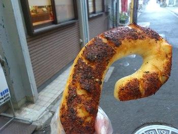いかにも京都な変り種・七味パンはこんなに大きくてとっても美味しい! 辛いもの大好きな方にはぜひとも挑戦していただきたいです。