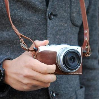OLYMPUS PENシリーズは、まるでアクセサリーのように首にかけて出かけられるカメラです。