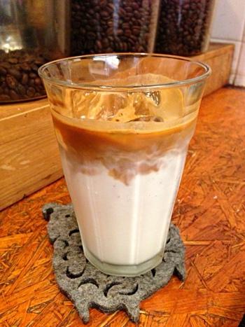 アイスカフェラテ。冷たいラテは暑い夏にオススメ!