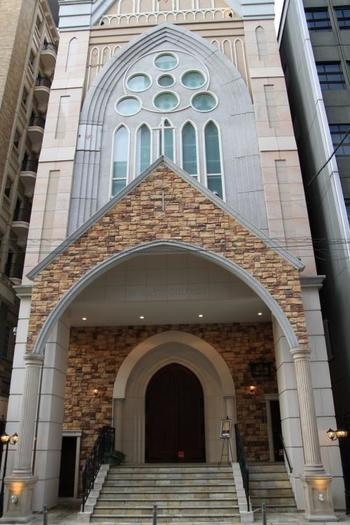大阪の中心部、心斎橋駅が最寄という好立地も魅力的な教会です。大阪市中央区南船場にあります。