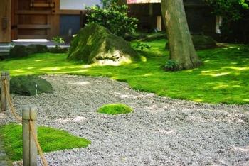 竹の寺として有名ですが、「苔」が美しい寺としてもよく知られています。  このページの先頭に紹介した画像も、この寺の苔の様子を写したものです。