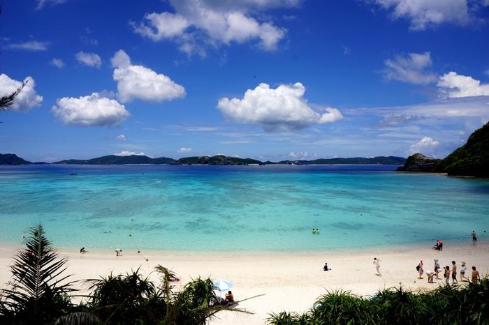 美しい海のカラーはこの地独自のもの。 「ケラマブルー」と呼ばれます。