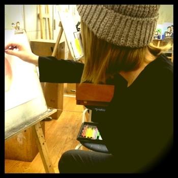 休日に絵を描く店員さん。おしゃれな店員さんとおしゃべりしながら出来ていくネイルを見つめたい。