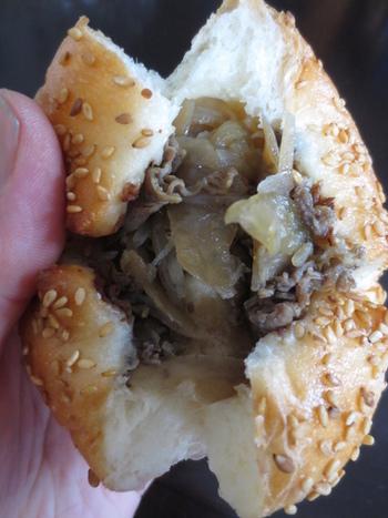 「三田牛すきやき」の入ったパン。三田はおいしいものがたくさんあるので、地元のものを使うだけでおいしいパンがいくつも生まれます。三田市の「地産地消認定応援店」に登録しています。