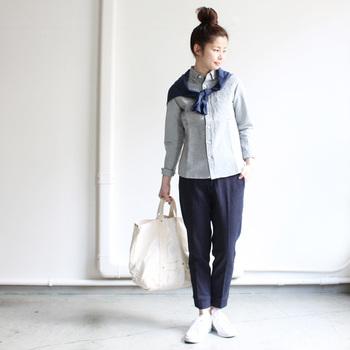maillotのオリジナルコットンリネンシャンブレー地を使用した定番シャツです。パターンがきれいに作られているので、着用すると細身のシルエットに見えます。