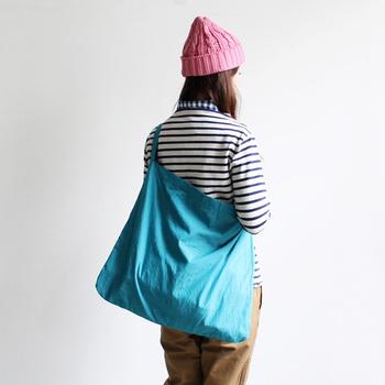コットンとナイロンでできたショルダーバッグ。はっと目を引くような発色が素敵ですね。シンプルだけど使い勝手がいいのは、さすがmaillot。