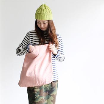 こちらはコットンとリネン素材のバッグ。後染め加工の風合い良い雰囲気です。