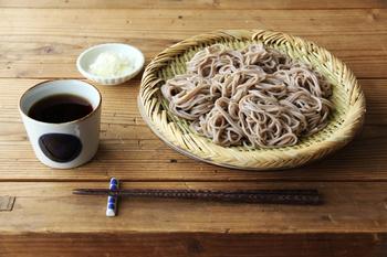 ざるといえば、ざる蕎麦。 蕎麦や冷やしうどんが竹ざるに盛られるのはちゃんと理由があります。 竹ざるは、水の膜が出来にくく、金属やプラスチック製よりも麺類の水切れが良いのです。