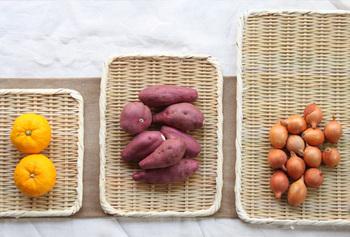 こちらは「真竹角盆ざる」。 薄めの、四角いざる。安定性があって、干物を作るときなどに役立ちます。