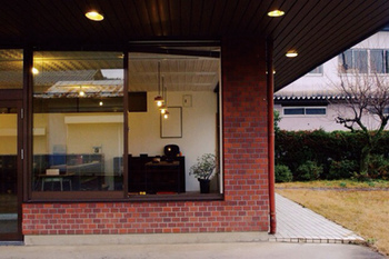 TSUGIがメインで活動している鯖江は 越前漆器、越前和紙、そして、眼鏡など、ものづくりのまち。  拠点の「TSUGI Lab」は鯖江市河和田地区にある錦古里漆器店をセルフビルドで改装したもの、おしゃれですね*