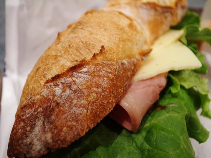 ハムとチーズをはさんだバゲット。 パン通をも唸らせるお味です。