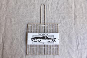 もちろんこれは魚焼き用の網ですが、 これで魚だけを焼くのは勿体ない。 野菜だってお肉だって、ちょっとあぶりたい時に何でも直火で料理できる優れ物。