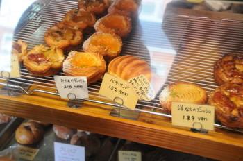 店内は木調の落ち着いた雰囲気の、タタミ4畳ほどのお店。 まわりの棚やガラスケースの中に、所狭しといろんなパンが並べられてます。 パンはハード系とデニッシュ系(フルーツ)が多いそう。