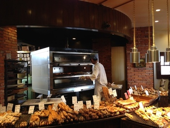 まるで外国を思わせるような、オシャレな雰囲気の店内です。ハード系のパンが人気なほか、カフェも併設されておりそちらで提供される料理も人気!ランチはポンレヴェックの美味しいパン食べ放題なんです。