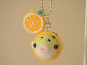 <着ぐるみミドリフグ☆オレンジっ子キーホルダー>  ミドリフグがオレンジの着ぐるみを着ているというユニークな作品!