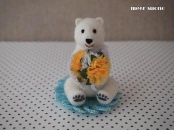 <花束シロクマ>  花束を抱えてにっこりしている、とってもかわいいシロクマさんです!