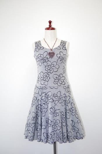 <ニットワンピース花柄>  花柄が印象的なニットワンピース。裾のギャザーもいいかんじです。