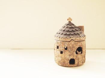 <おうちキャンドルホルダー 瓦屋根>  なんて可愛らしいキャンドルホルダーでしょうか!陶器でできている作品です。