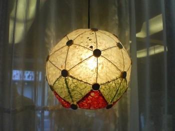 <ジオライト>  木や竹ひご、和紙などで作られている球体のランプです。とっても個性的!