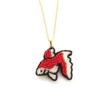 金魚モチーフのネックレス。透明感のある涼しげなアイテム。