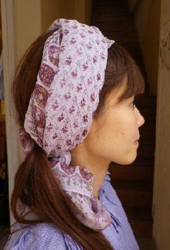 ヘアバンド代わりに使っているのは、実はスカーフ。  柔らかい素材なので、ヘアアクセとしても使えます。