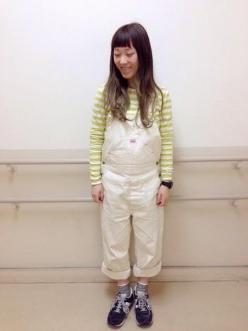 オーバーオールと合わせて。 ホワイト×イエローの組み合わせと、裾をロールアップすることで、全体的に軽い雰囲気に♪