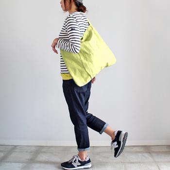 A4書類や雑誌もすっぽり入る、ショルダーバッグ。軽くて、シンプルで、使い勝手の良いサイズ感です!