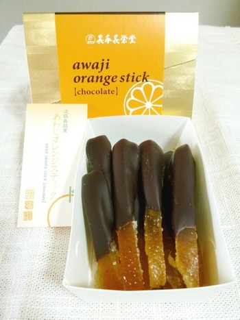 御菓子処「長手長栄堂 堀端本店」のオレンジスティック。オレンジとほろ苦いチョコレートの相性がたまりません! おしゃれな女性へのお土産に、おすすめですよ。