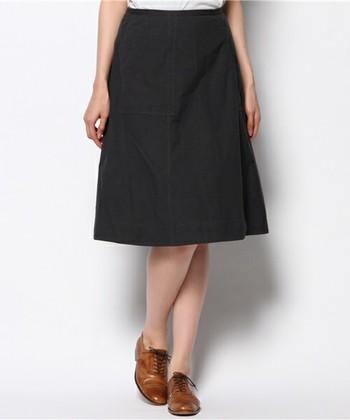 コットン素材のAラインスカートは、ハリのある見た目がきちんと感を演出。