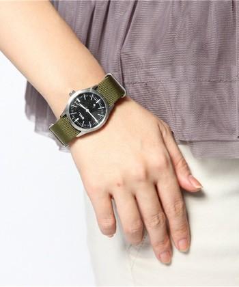 カジュアルにはもちろん、意外にきれい目にも合わせやすい時計は、シンプルなデザインが使いやすい。