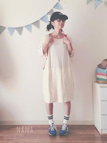 conges payes ADIEU TRISTESSEのホワイトワンピを着用。 ナイキのスニーカーも夏らしい!
