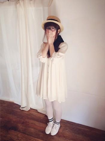 LOWRYS FARMのワンピに白タイツ、白シャツとホワイトずくしな着こなし方。 フェミニンキュート!
