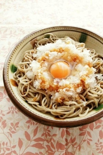 大根おろしを乗せて卵を落とすだけのスピードレシピ。味付けは少しのしょう油だけ。そば本来の甘みが引き立つシンプルながらも味わい深い一品。食欲のない日でもツルっと食べられちゃう簡単美味しいレシピです。