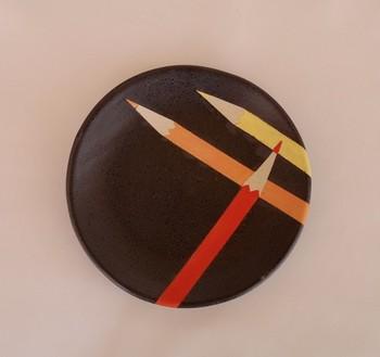 pencil dish(warm colors)   取り皿としてちょうどいいサイズのこのお皿。3色の色鉛筆がバランスよく配置されていて、とっても可愛らしいですね!