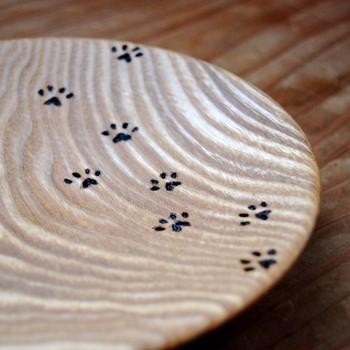 木の器(タモ)  何年も寝かせた木材を利用している木目が美しいお皿です。猫の足跡が焼付けられているのがたまりませんね!