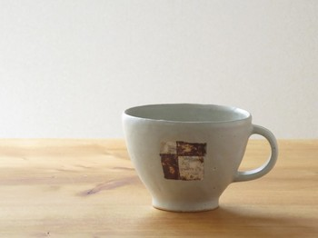 伊豆土フラッグのたっぷりマグカップ(白釉)  伊豆で自ら掘ってきた粘土を、自然な模様が出るように焼き出して、それを活かしたデザインにしているそう。自然のあたたかみを感じられるマグですね。