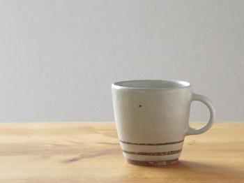 伊豆土のストライプのマグカップ(白釉)  やわらかく、ほっこりとした気分になれそうなマグカップ。