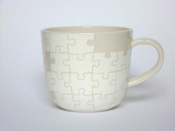 パズルのマグカップ  うっすらとした配色ですが、表面にはぐるりと作りかけのパズルが!とっても可愛いので食器棚に並べておきたい!