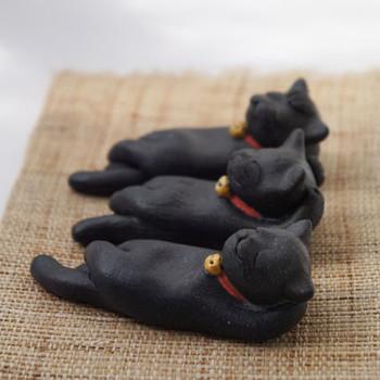 くつろぐ黒猫  気持ちよさそうにお昼寝している黒猫さんの箸置きです!あまりにも可愛くてつい眺めてしまいそう・・・。