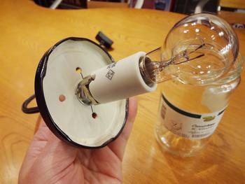 蓋に穴を開けるのは、熱で瓶が割れるのを防ぐため。  釘を打って開けると、簡単に開きます!