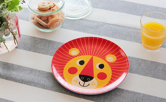 とびきり可愛くて、しかも割れないメラニン素材のお皿。スウェーデンを代表するインゲラ・アリアニウスさんのイラストです。