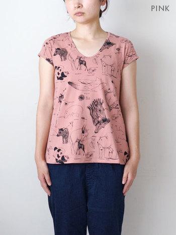 動物たちが描かれていて、所々にちょっとした植物が。 着てても可愛いですが、どんな動物がいるのかな?なんて探したくなる楽しいシャツです。