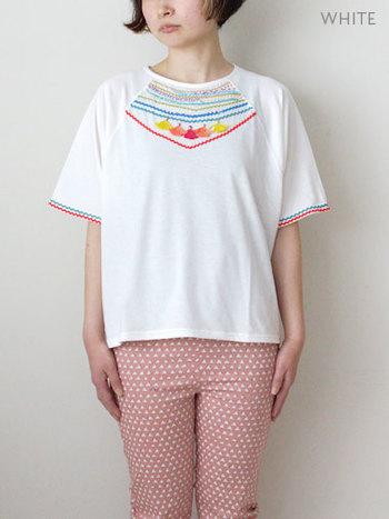 刺繍のアクセントが可愛いラグランTシャツ。 ゆったりと着れて、スカートにもパンツにもこれ1枚あればそれだけでOK。  女の子が好きなタッセルがついてるのがポイントです☆彡