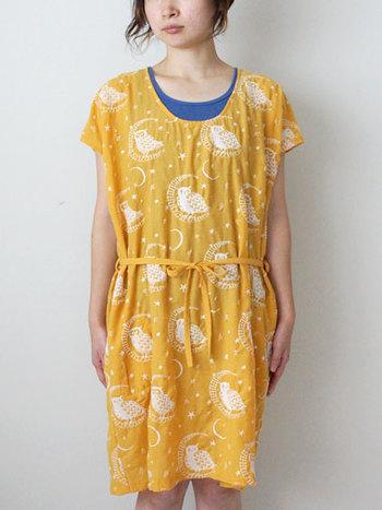 三日月×ふくろうの可愛いワンピース。 プリントと思いきや・・・実は刺繍。 いつでも一緒に居たくなるデザインです。