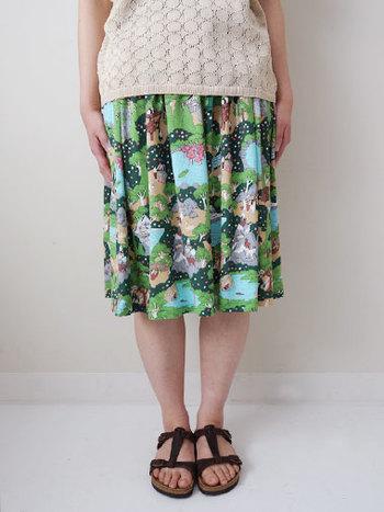 動物園をテーマに描かれたスカート。 動物園に行ったら貰えるマップのようなテキスタイルに思わず動物園に行きたくなっちゃいます。