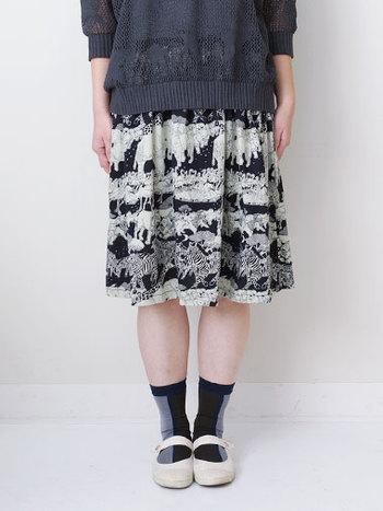 「ンゴロンゴロ」スカートと名前がついている面白いスカート。  実は「ンゴロンゴロ」とはタンザニアの自然保護区で世界遺産(複合遺産)登録されている場所なんです。 それをイメージしたスカートは大人っぽいファッションが似合うデザインになっています。