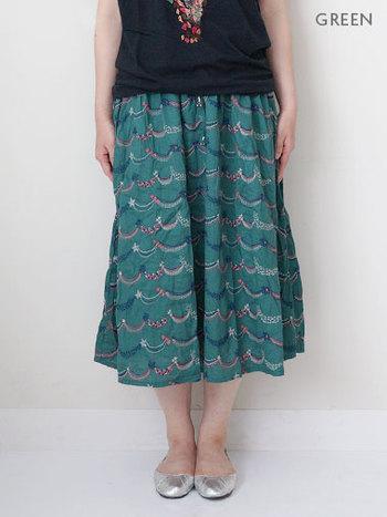 流れ星?パーティの飾り付け? ハッピーな気分になれるスカートを履いて元気におでかけ。  商品名も「HAPPY STAR」という名前がついています。