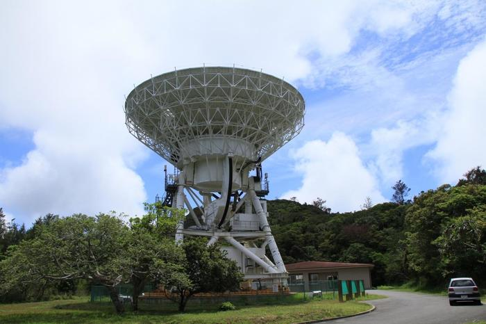 国立天文台小笠原観測局。迫力がありますね。残念ながら中は見学できません。