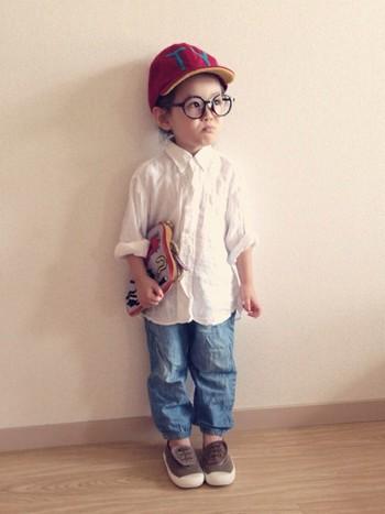 白シャツ×デニムパンツというシンプルなコーディネートに、キャップ、クラッチ、メガネとアイテムを利かせて。